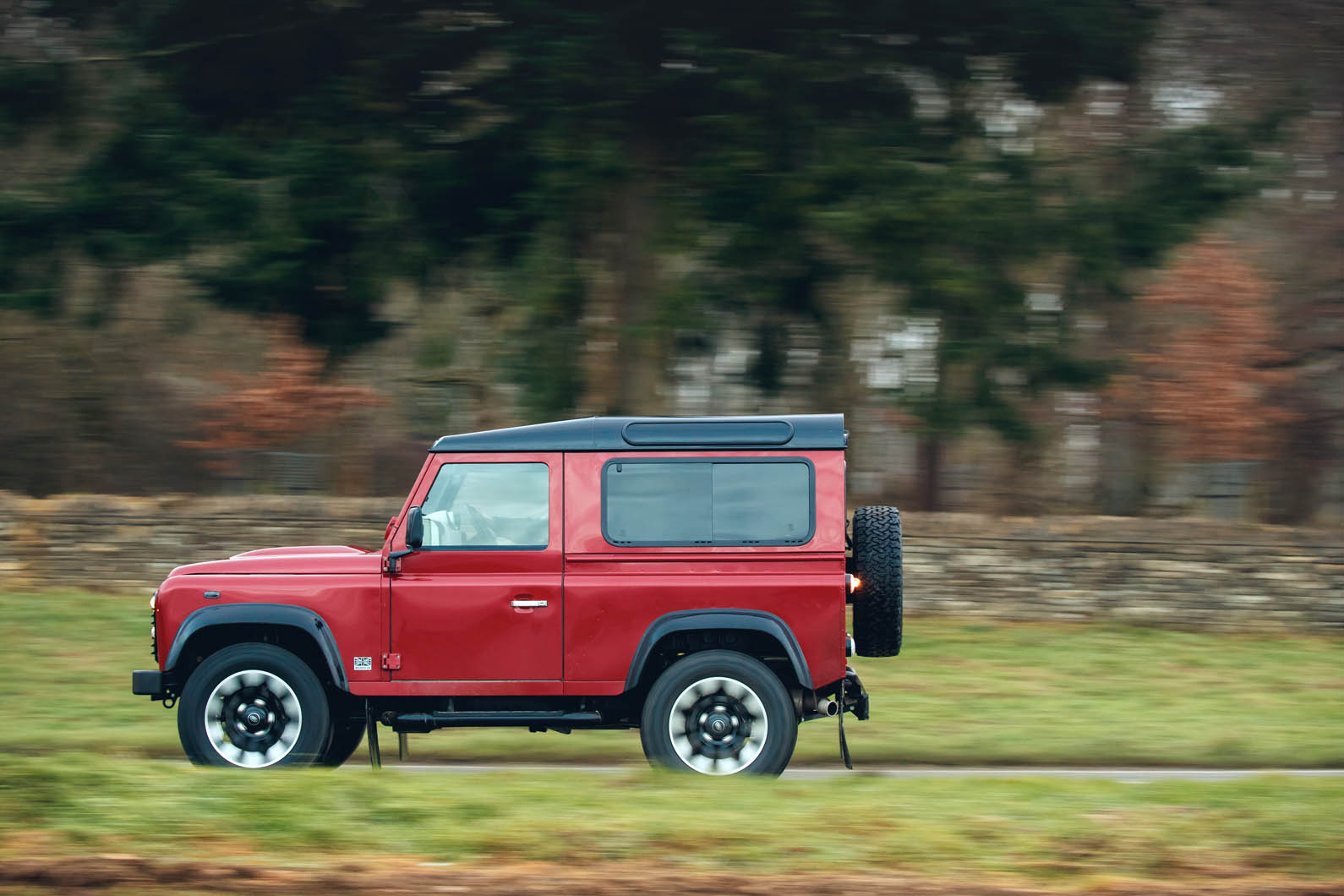 https://www.autocar.co.uk/sites/autocar.co.uk/files/images/car-reviews/first-drives/legacy/lr_classic_defender_worksv8_170118_06.jpg