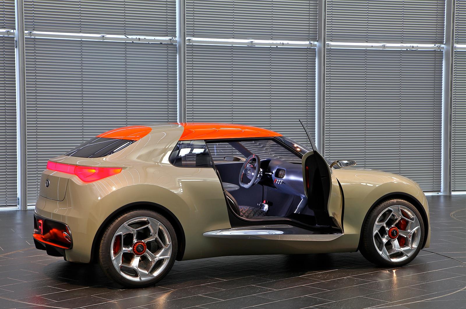 Kia Provo имеет безрамочные двери со стёклами, плавно переходящими на лобовое стекло через передние стойки...