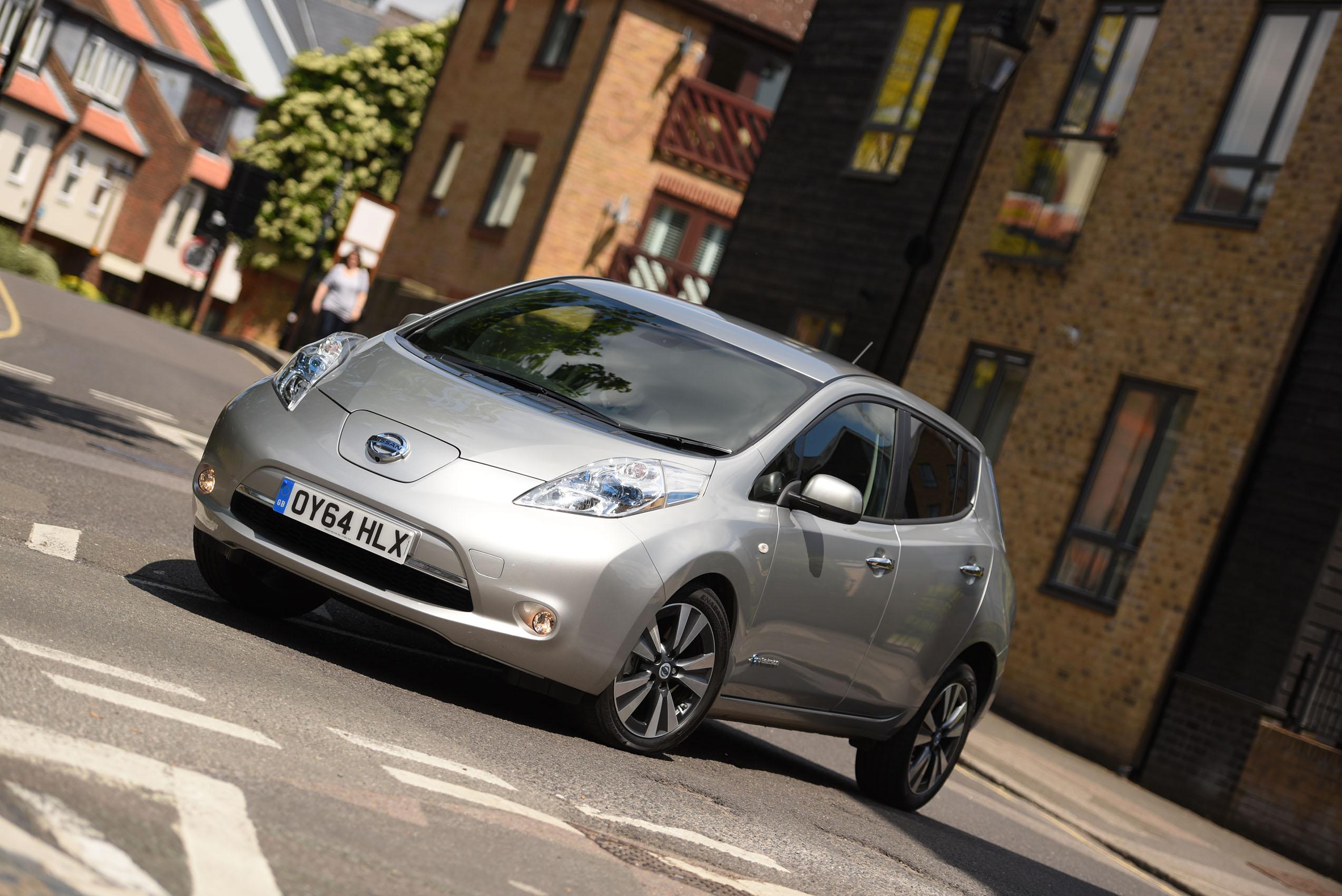 original car review photo s leaf fifth reviews nissan electric test place