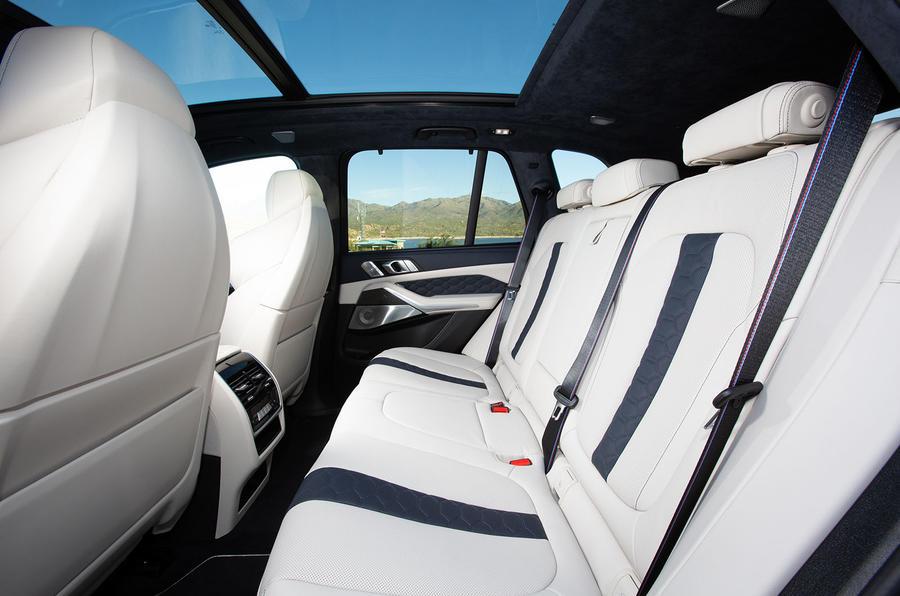 BMW X5 M Competition 2020 : examen des essais routiers - sièges arrière