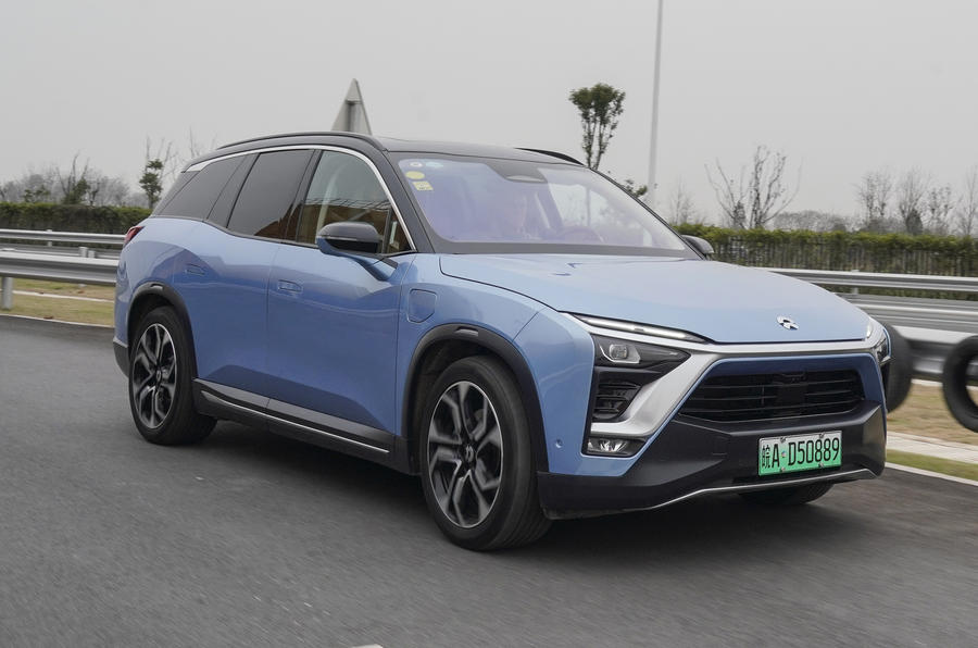 Nio ES8 road test review - on the road side