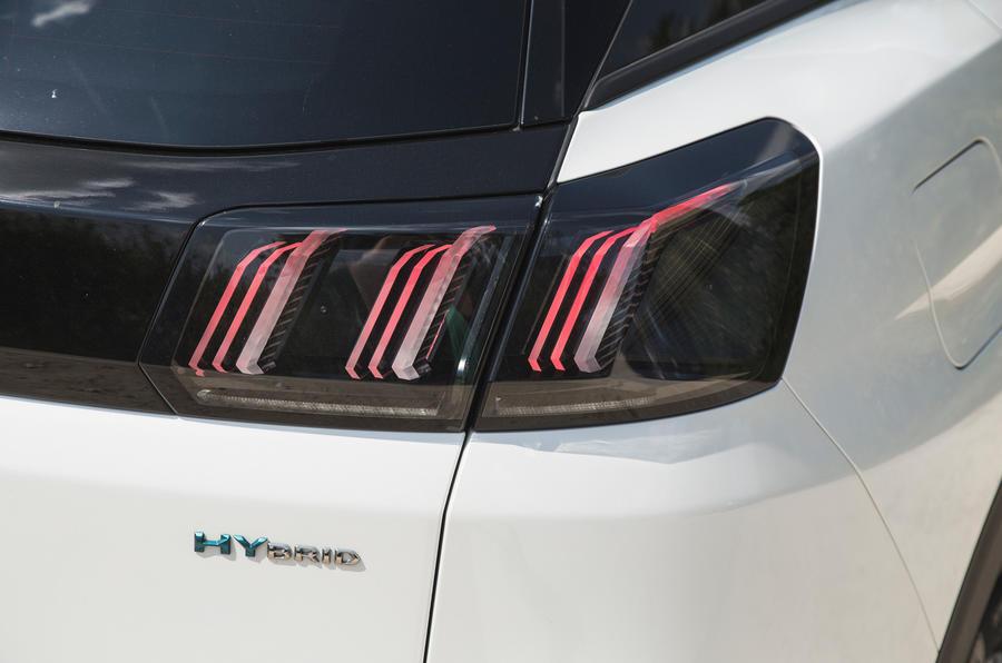 10 Peugeot 3008 2021 RT feux arrière