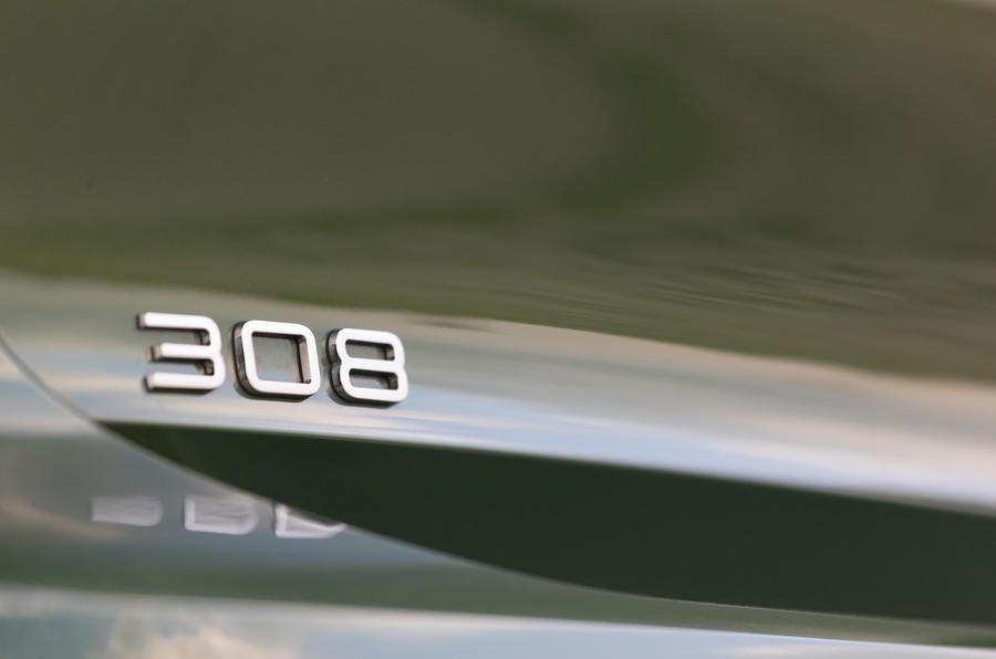 10 Peugeot 308 2021 : essai routier - badge arrière