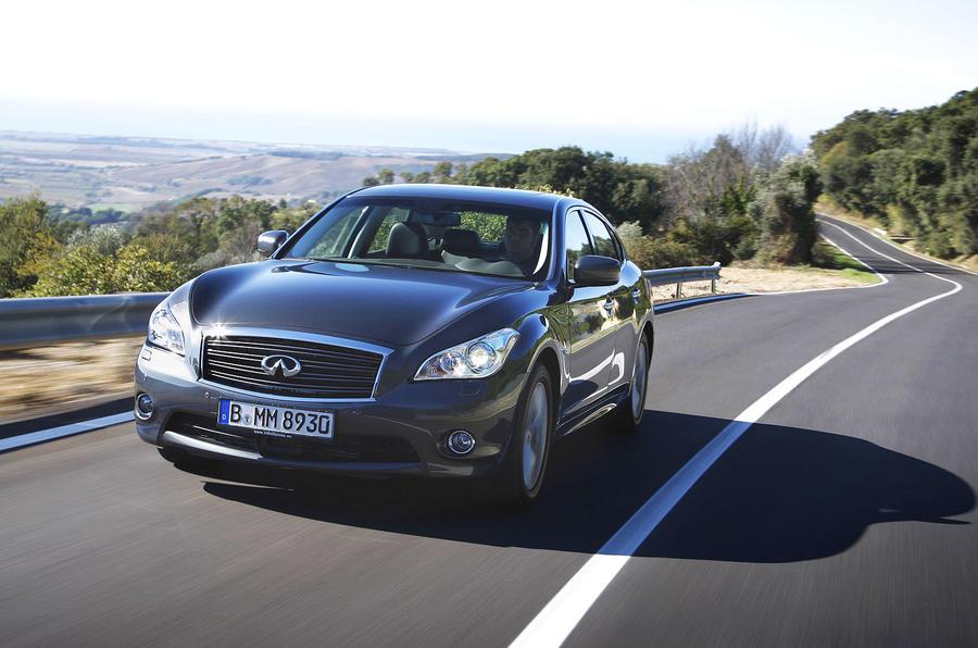 Infiniti M30d GT Premium cornering