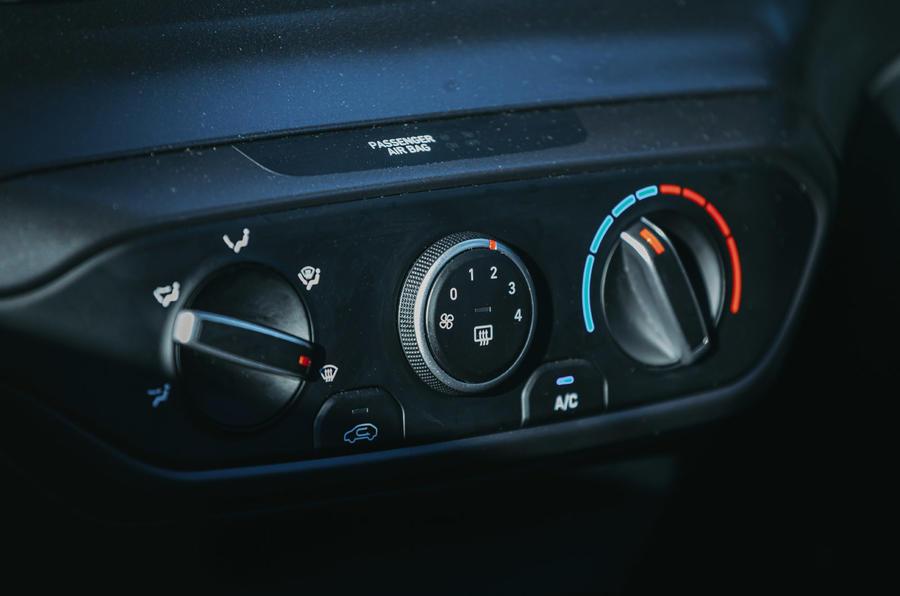 14 L'essai routier de la Hyundai i20 2021 passe en revue les contrôles climatiques