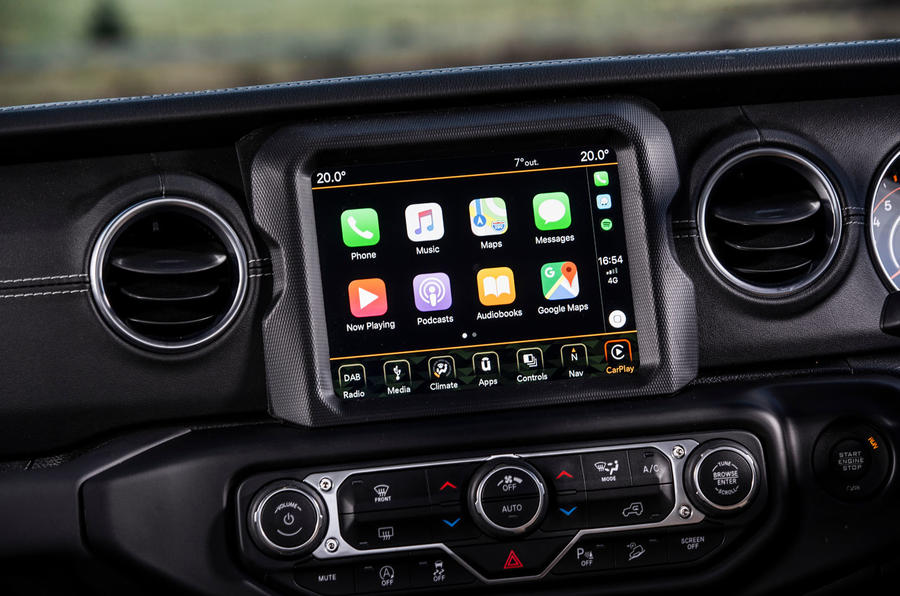 Jeep Wrangler 2019 road test review - infotainment carplay