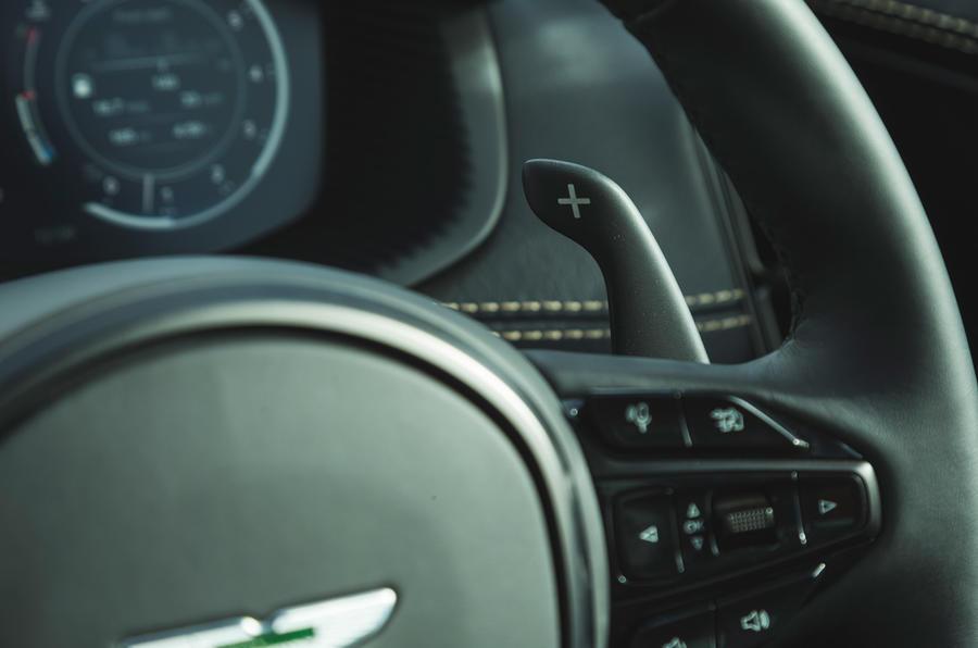 Examen de l'essai routier de l'Aston Martin DBX 2020 - palettes de changement de vitesse