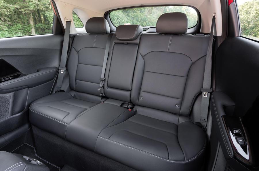 16 Kia Niro 2021 : essai routier - sièges arrière