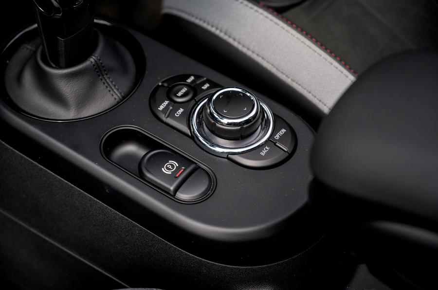 16 Console centrale de la Mini Cabriolet 2021 RT