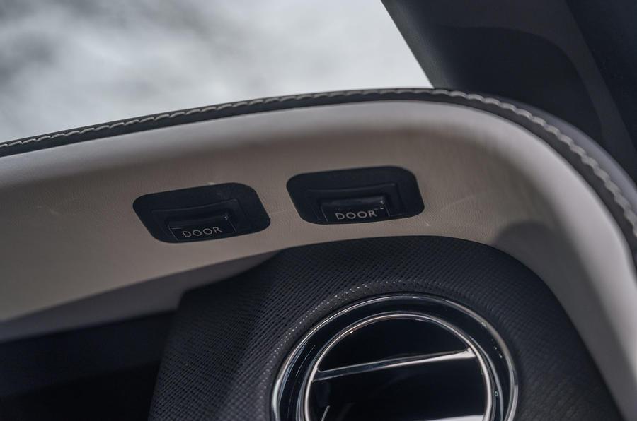 Révision de l'essai routier de la Rolls Royce Cullinan 2020 - boutons de fermeture des portes