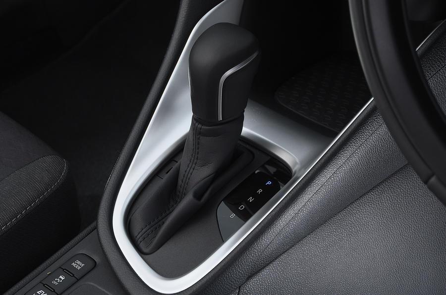 Examen de l'essai routier de la Toyota Yaris 2020 - levier de vitesse