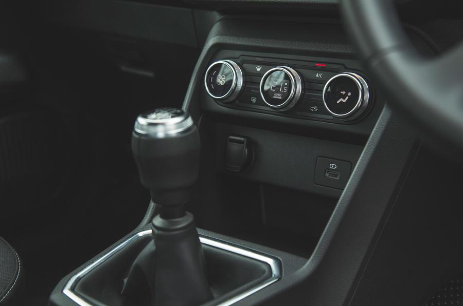 17 Dacia Sandero Stepway 2021 RT commandes de climatisation