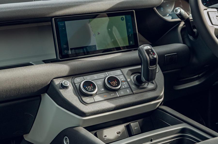 Examen de l'essai routier du Land Rover Defender 2020 - console centrale