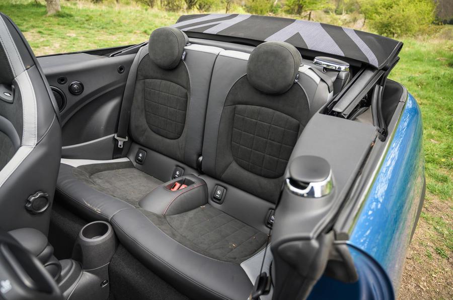 19 Sièges arrière de la Mini Cabriolet 2021 RT
