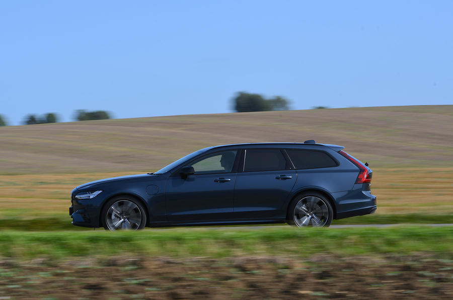 Volvo V90 T6 Recharge PHEV 2020 road test review - on the road side