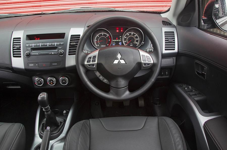 Mitsubishi Outlander dashboard
