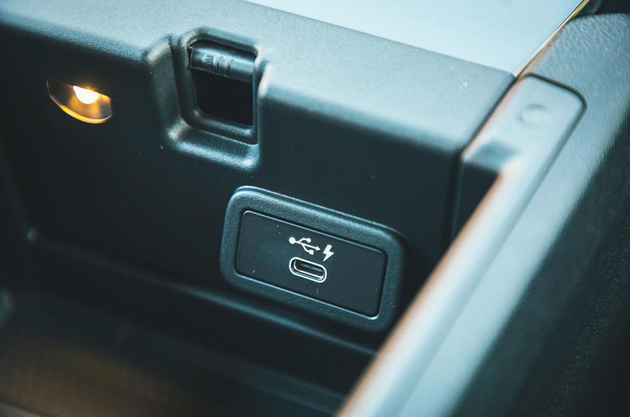 21 BMW Série 4 M440i : essai routier 2021 USB C