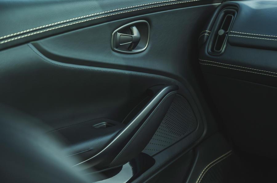 Examen de l'essai routier de l'Aston Martin DBX 2020 - cartes de porte