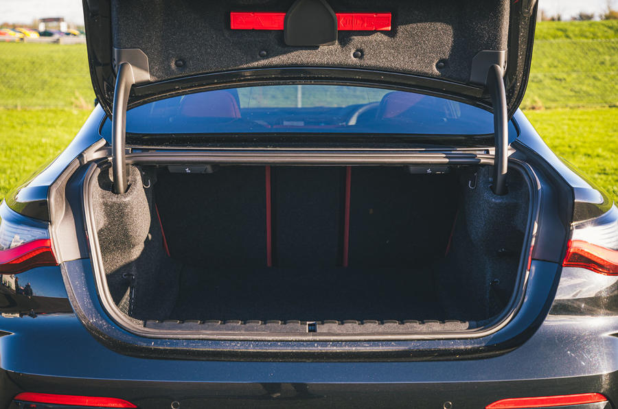 24 BMW Série 4 M440i examen de l'essai routier 2021 botte
