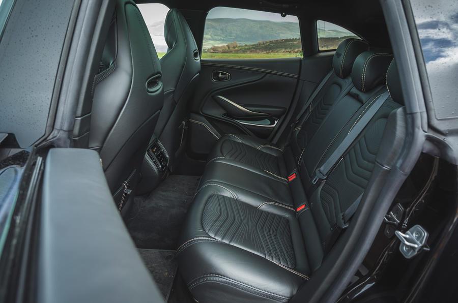 Examen de l'essai routier de l'Aston Martin DBX 2020 - sièges arrière