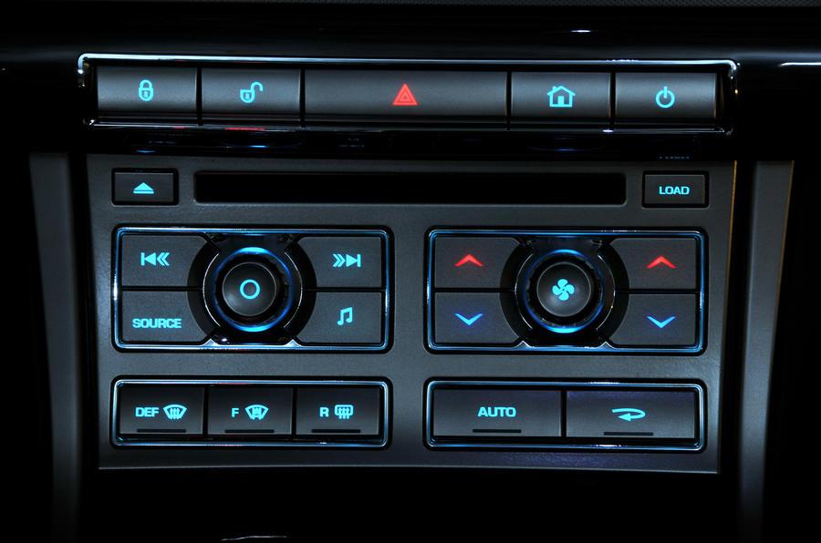 Jaguar XF 3.0D S centre console