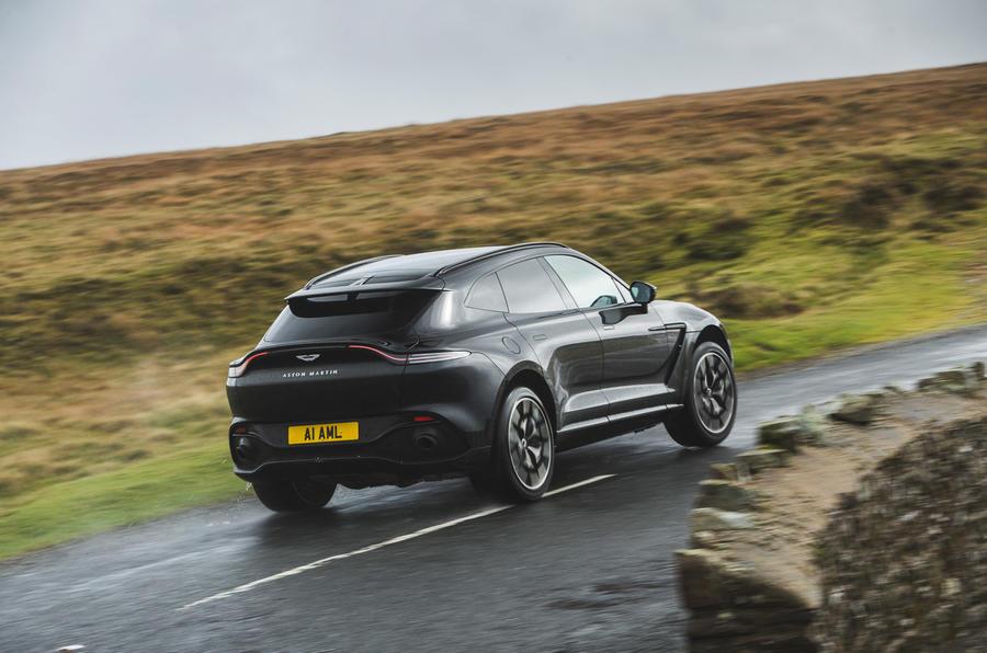 Revue de l'essai routier de l'Aston Martin DBX 2020 - le héros à l'arrière