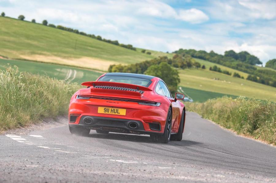 Revue de l'essai routier de la Porsche 911 Turbo S 2020 - hero rear