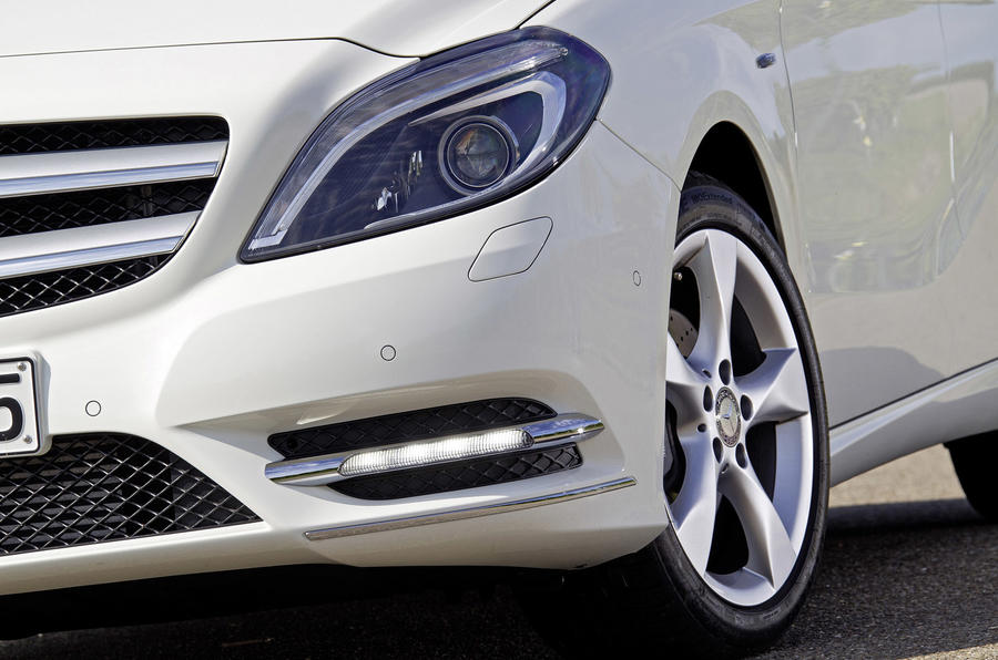 Mercedes-Benz B 200 CDI front lights