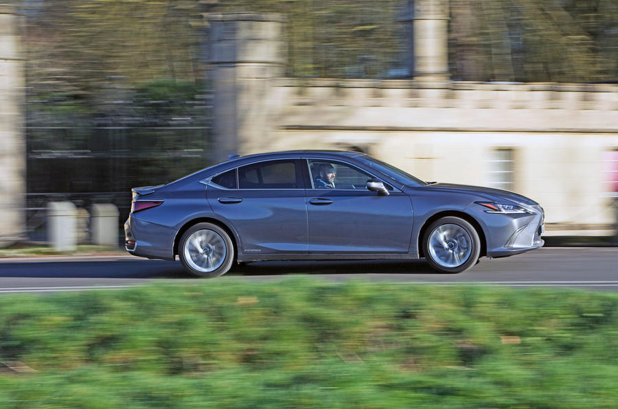 Lexus ES 2019 road test review - on the road side