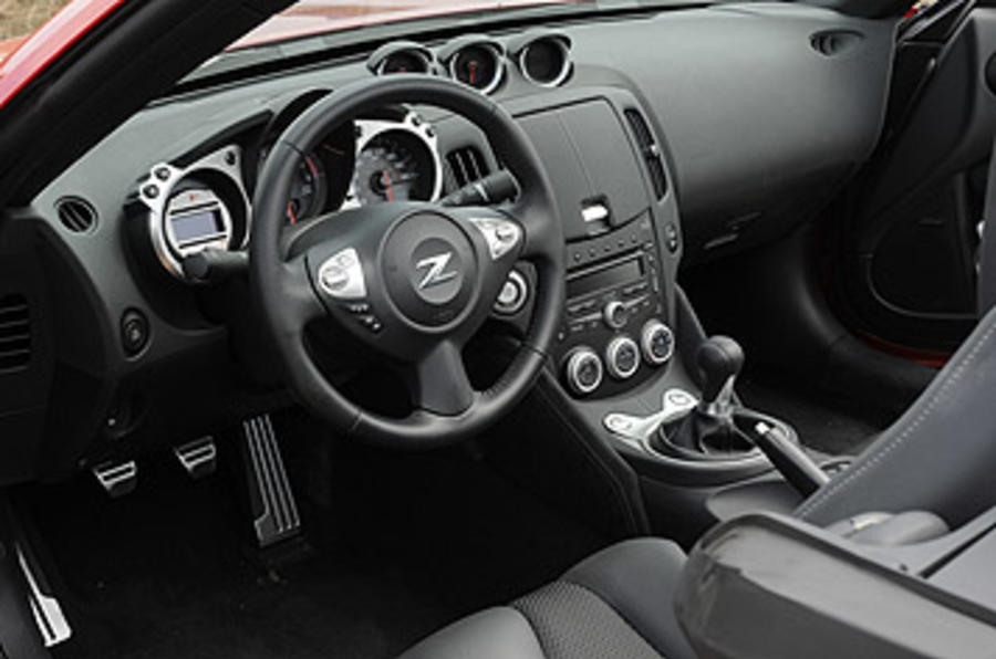 Nissan 370Z Roadster dashboard