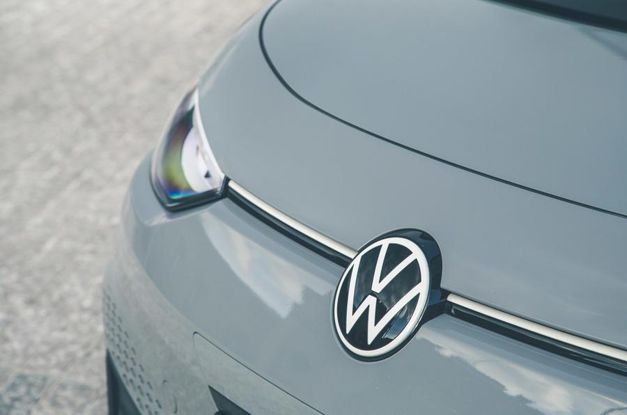 4 VW ID 3 2021 : essai routier - badge nez