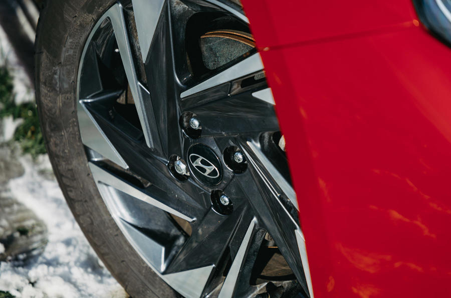 5 Hyundai i20 2021 revue de l'essai routier des roues en alliage