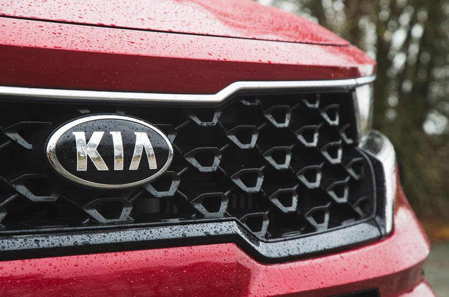 5 Kia Sorento 2021 : examen de l'essai routier, badge au nez