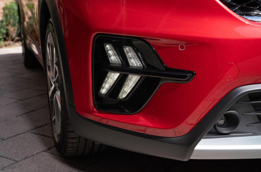 6 Kia Niro 2021 : essai routier - Feux de détresse (DRL)