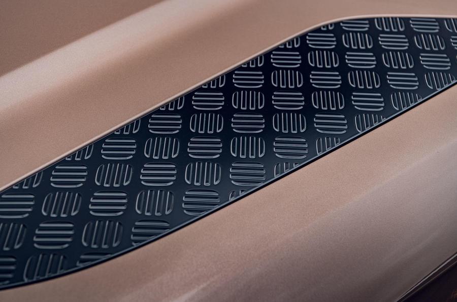 Land Rover Defender 2020 : examen de l'essai routier - plaques de capot
