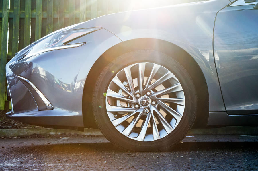 Lexus ES 2019 road test review - alloy wheels