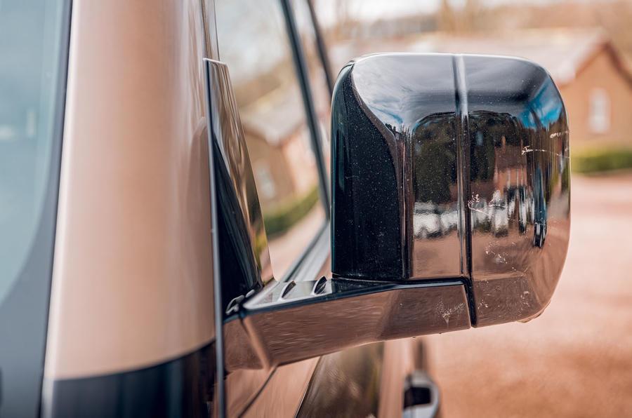 Examen de l'essai routier du Land Rover Defender 2020 - rétroviseurs extérieurs