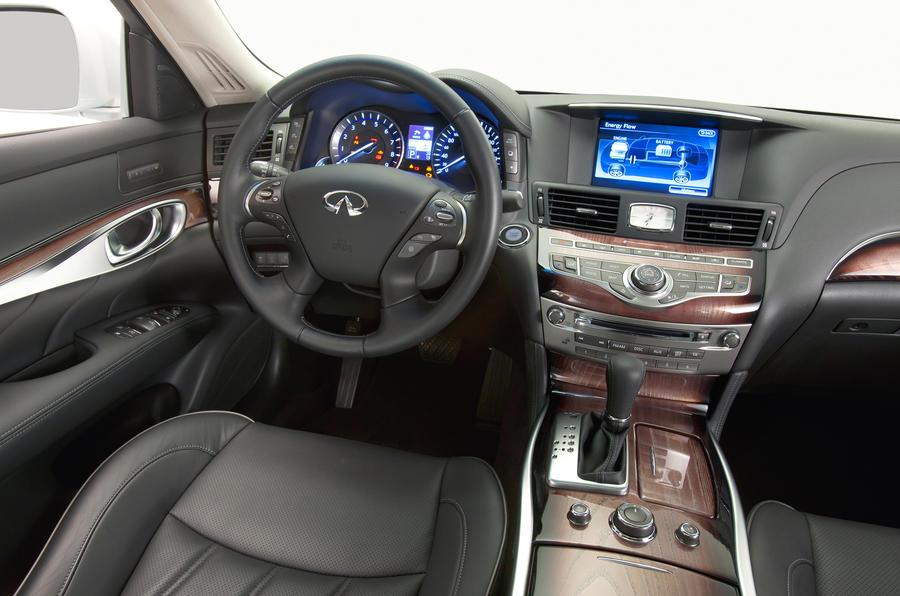 Infiniti M35h GT Premium dashboard