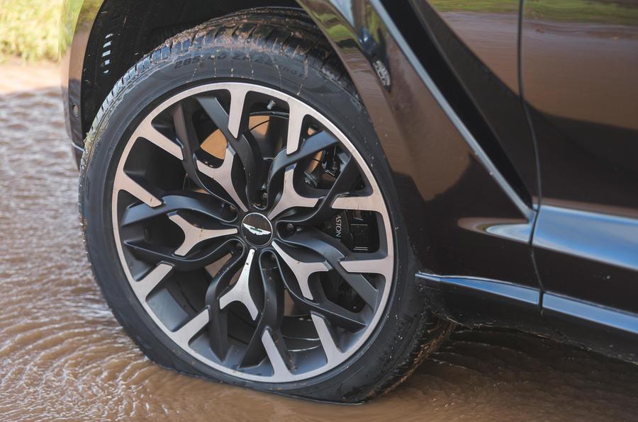 Examen de l'essai routier de l'Aston Martin DBX 2020 - roues en alliage