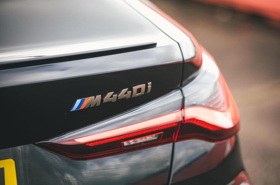 9 BMW Série 4 M440i examen de l'essai routier 2021 m badge