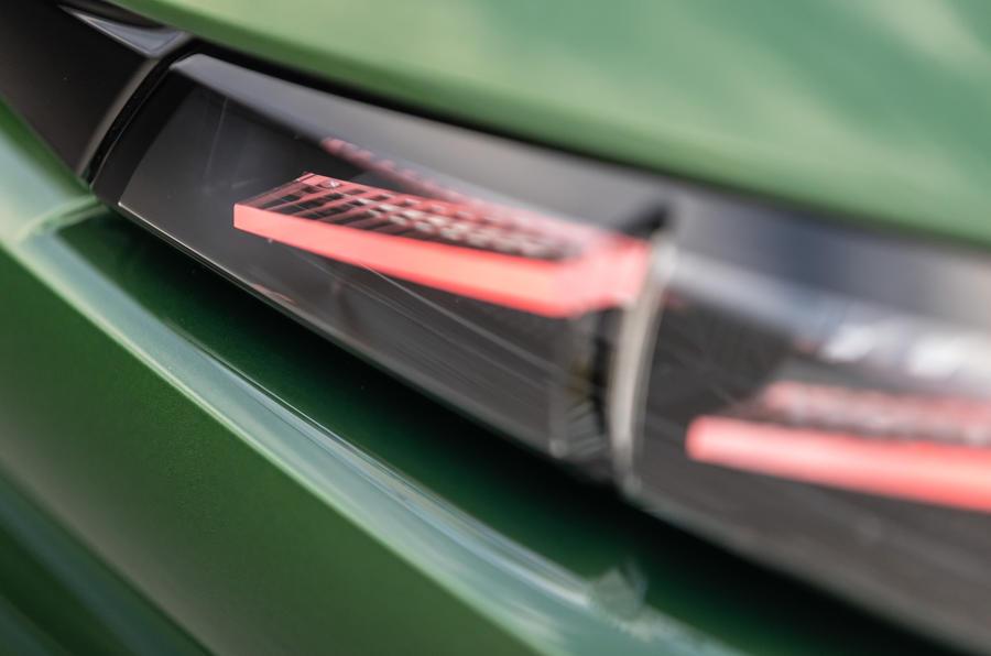 9 Peugeot 308 2021 : essai routier - détails des feux arrière