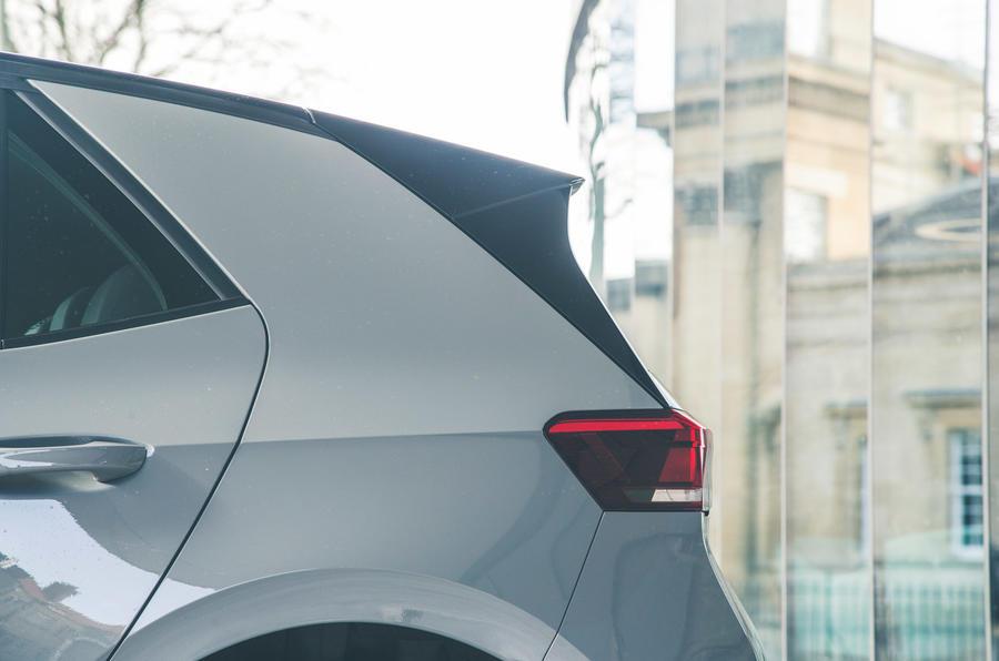 9 VW ID 3 2021 examen de route trois quarts arrière