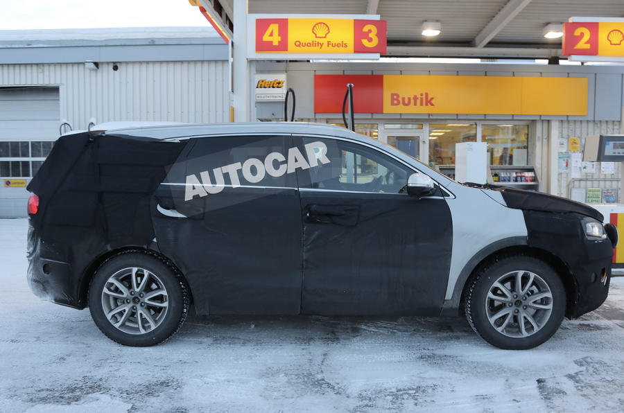 New Kia Sorento spotted - first pictures