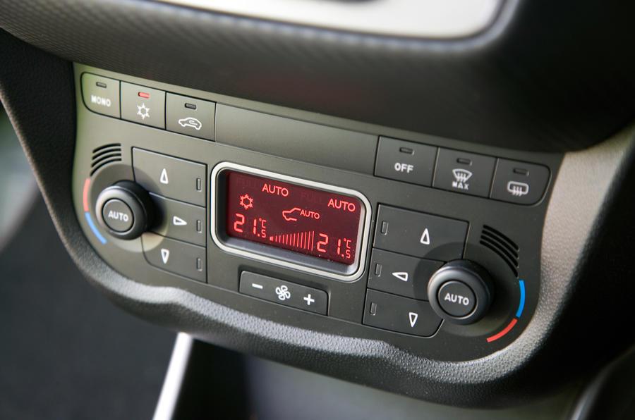 Alfa Romeo Mito climate controls