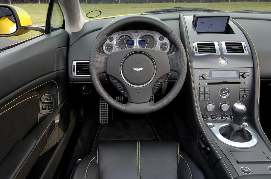 Aston Martin V8 Vantage Roadster's dashboard