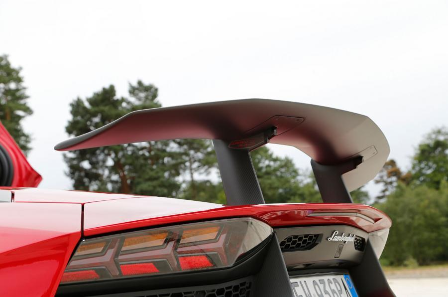 The adjustable Aventador SV wing
