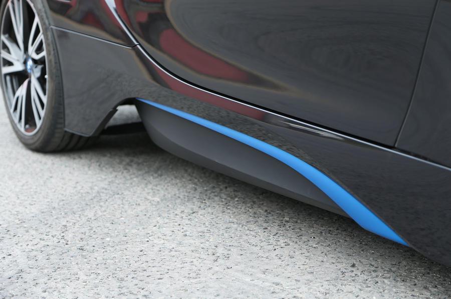 BMW i8 electric blue side skirt