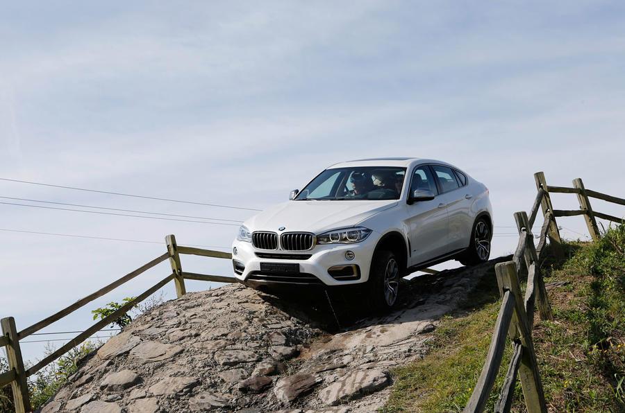 BMW X6 xDrive50i SE descending