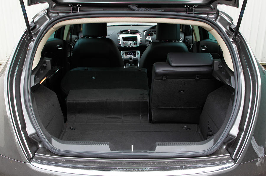 Chrysler Delta boot space