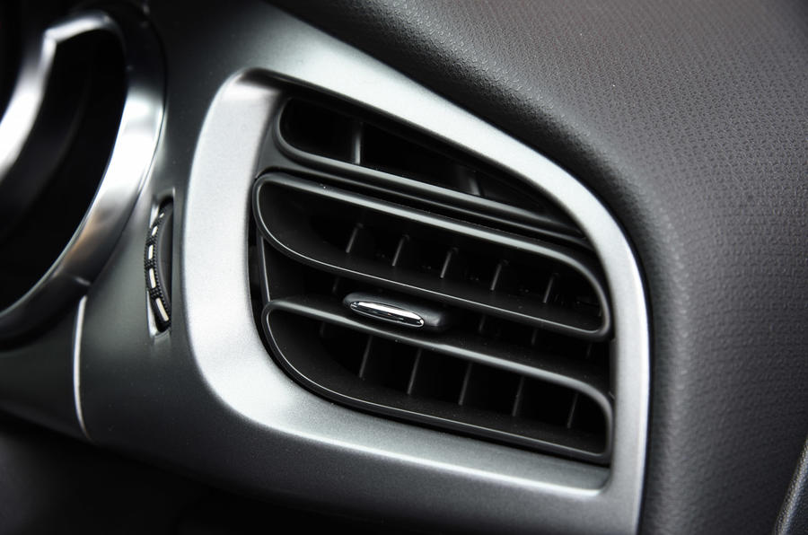 DS 3 chrome-lined air vents